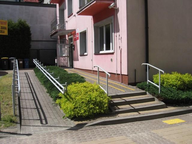 Wejście do budynku Garncarska 4 w Chrzanowie z naklejonymi na podłoże żółtymi liniami i płytami BRAJL